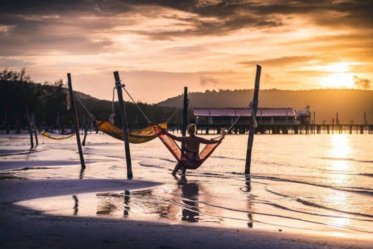 Lago con barche al tramonto in Cambogia